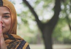 Poses muçulmanas da jovem mulher à câmera Fotos de Stock Royalty Free
