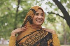 Poses muçulmanas novas da mulher com lenço Fotografia de Stock Royalty Free