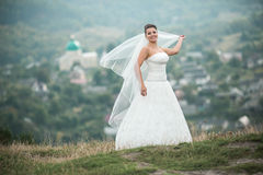 Poses novas bonitas da noiva para a câmera imagem de stock royalty free