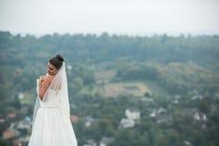 Poses novas bonitas da noiva para a câmera imagens de stock