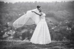 Poses novas bonitas da noiva para a câmera foto de stock royalty free