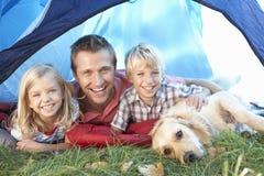 Poses novos do pai com as crianças na barraca Imagem de Stock Royalty Free