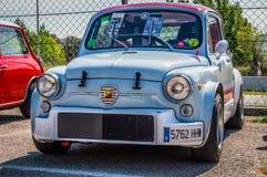 POSEZ FIAT 600 Abarth dans le circuit De Barcelone, Catalogne, Espagne Image stock