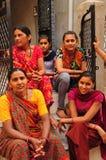 Poshina/Gujarat: Mujeres indias que se sientan en una escalera imagen de archivo libre de regalías