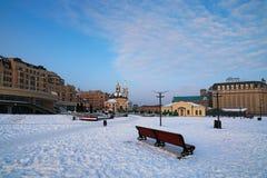 Poshtova ajusta - uno del ` cuadrado más famoso s de Kyiv Visión en la mañana del invierno con nieve Foto de archivo
