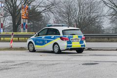 Posição alemão do carro de polícia na beira Alemão-dinamarquesa imagens de stock royalty free