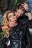 Posição apaixonado dos pares abraçada com os olhos fechados Fotografia de Stock