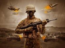 Posição armada do soldado no meio de uma guerra fotos de stock royalty free