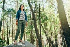 Posição asiática alta em sandálias vestindo da rocha grande fotografia de stock