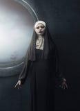 Posição asiática assustador da freira da mulher imagem de stock