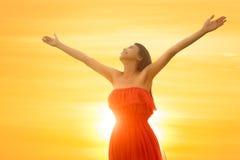A posição asiática nova da mulher abre seus braços Fotografia de Stock Royalty Free