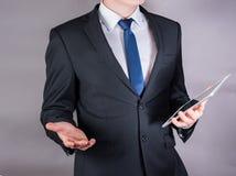 Posição bem sucedida do homem de negócios ao usar um tablet pc, fim acima Imagem de Stock