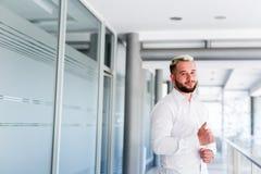Posição bem sucedida nova do homem de negócio fotos de stock royalty free