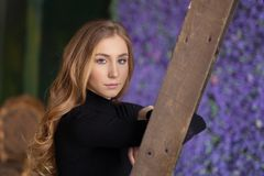 Posição bonita da jovem mulher, inclinando-se na escada indoor L fotografia de stock