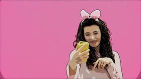 Posição bonita da moça em um fundo cor-de-rosa Durante isto, há orelhas dos coelhos na cabeça Faz uma foto de filme