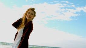 Posição caucasiano nova da mulher na praia na luz do sol vídeos de arquivo