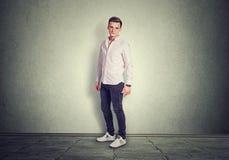 Posição completa do homem do comprimento isolada no assoalho cinzento do fundo cinzento no estúdio foto de stock