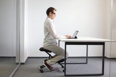 posição correta do assento sobre a cadeira do ajoelhamento imagem de stock royalty free