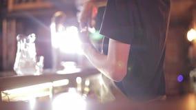 Posição da bebida de Guy Bartender Makes An Alcoholic atrás da barra video estoque