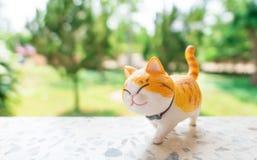 Posi??o?da boneca do gato de Beautiful? no fundo verde da ?rvore Cat Model imagens de stock