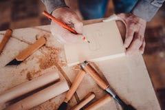 Posição da marcação do carpinteiro sobre a madeira imagem de stock