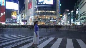 Posição da menina do turista do lapso de tempo no cruzamento de Shibuya na noite, Tóquio, Japão video estoque