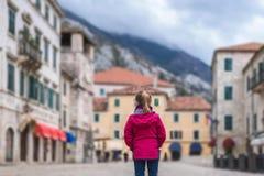 Posição da menina no quadrado principal da cidade velha de Kotor imagens de stock