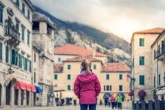 Posição da menina no quadrado principal da cidade velha de Kotor fotografia de stock royalty free