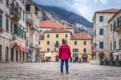 Posição da menina no quadrado principal da cidade velha de Kotor imagem de stock royalty free