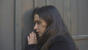 Posição da mulher na rua que sente consciência má, perdendo, problemas de saúde vídeos de arquivo