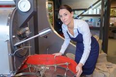 Posição da mulher no compartimento da fermentação na fábrica fotos de stock