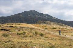 Posição da mulher no lanscape verde com fundo de Aso da montanha, Kusasenri, Aso, Kumamoto, Kyushu, Japão foto de stock
