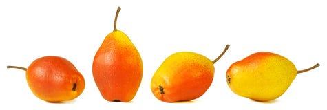 Posição da pera e encontro das peras, grupo de peras amarelas e vermelhas, isolados Fotografia de Stock Royalty Free