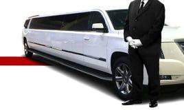 Posição da pessoa do serviço do motorista ao lado do carro luxuoso foto de stock