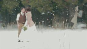 Posição de amor borrada dos pares no parque nevado do inverno filme