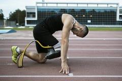 Posição de começo do atleta com desvantagem Fotografia de Stock Royalty Free