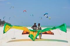 Posição de dois homens na praia com papagaio fotografia de stock royalty free