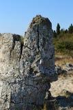 Posição de pedra grande na areia em uma manhã quente do verão fotos de stock
