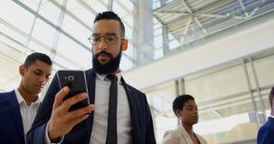 posição do homem de negócios da Misturado-raça na fila no seminário 4k do negócio filme