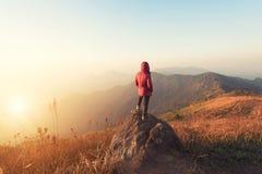 A posição do homem do viajante relaxa a meditação com a montanha sereno da vista Foto de Stock Royalty Free
