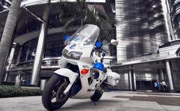 Posição do velomotor da polícia na frente da entrada da torre gêmea de Petronas foto de stock royalty free