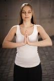 Posição e meditar da rapariga Fotografia de Stock Royalty Free