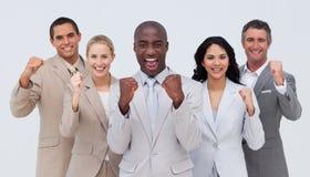 Posição e sorriso positivos da equipe do negócio Fotos de Stock Royalty Free