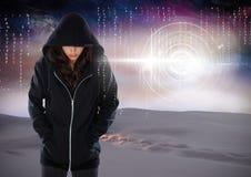 Posição encapuçado do hacker da mulher sobre na frente do fundo digital Foto de Stock