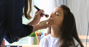 Posição fêmea e composição do maquilhador que preparam-se a adolescente asiático novo bonito bonito no salão de beleza vídeos de arquivo