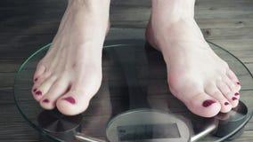 Posição fêmea na escala do peso vídeo de 3840X2160 UHD filme