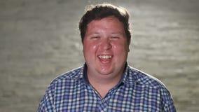 Posição feliz do homem e câmera rir na noite exterior filme