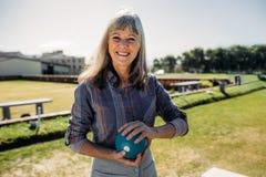 Posição idosa da mulher em um gramado que guarda um boule foto de stock royalty free