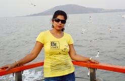 Posição indiana bonita do retrato das mulheres no barco imagens de stock