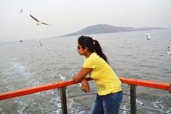 Posição indiana bonita do retrato das mulheres no barco fotografia de stock